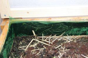 Schneckenschutz im Hochbeet und auf Strohballen